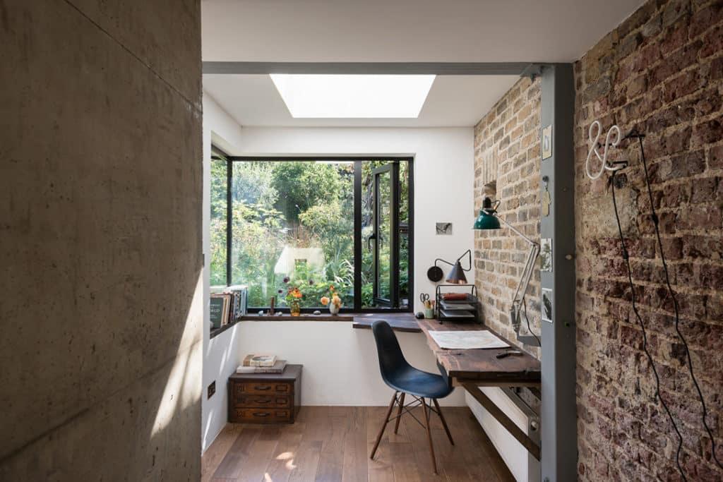 Kancelária so stolom a čiernou stoličkou