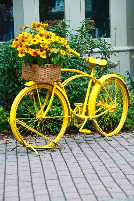 Žltý bicykel s kvetmi