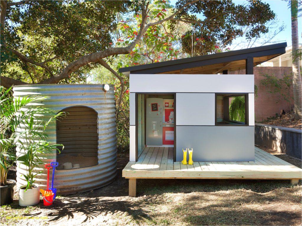 Záhradný domček v svetlosivej farbe so šikmou strechou