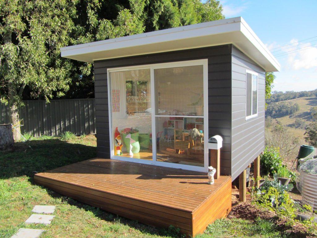 Bielo sivý drevený domček do záhrady