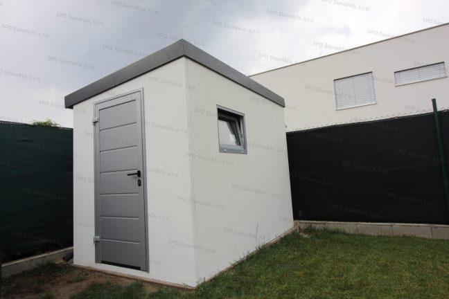 Záhradný domček s izolovanými dverami a oknom vo farbe biely hliník