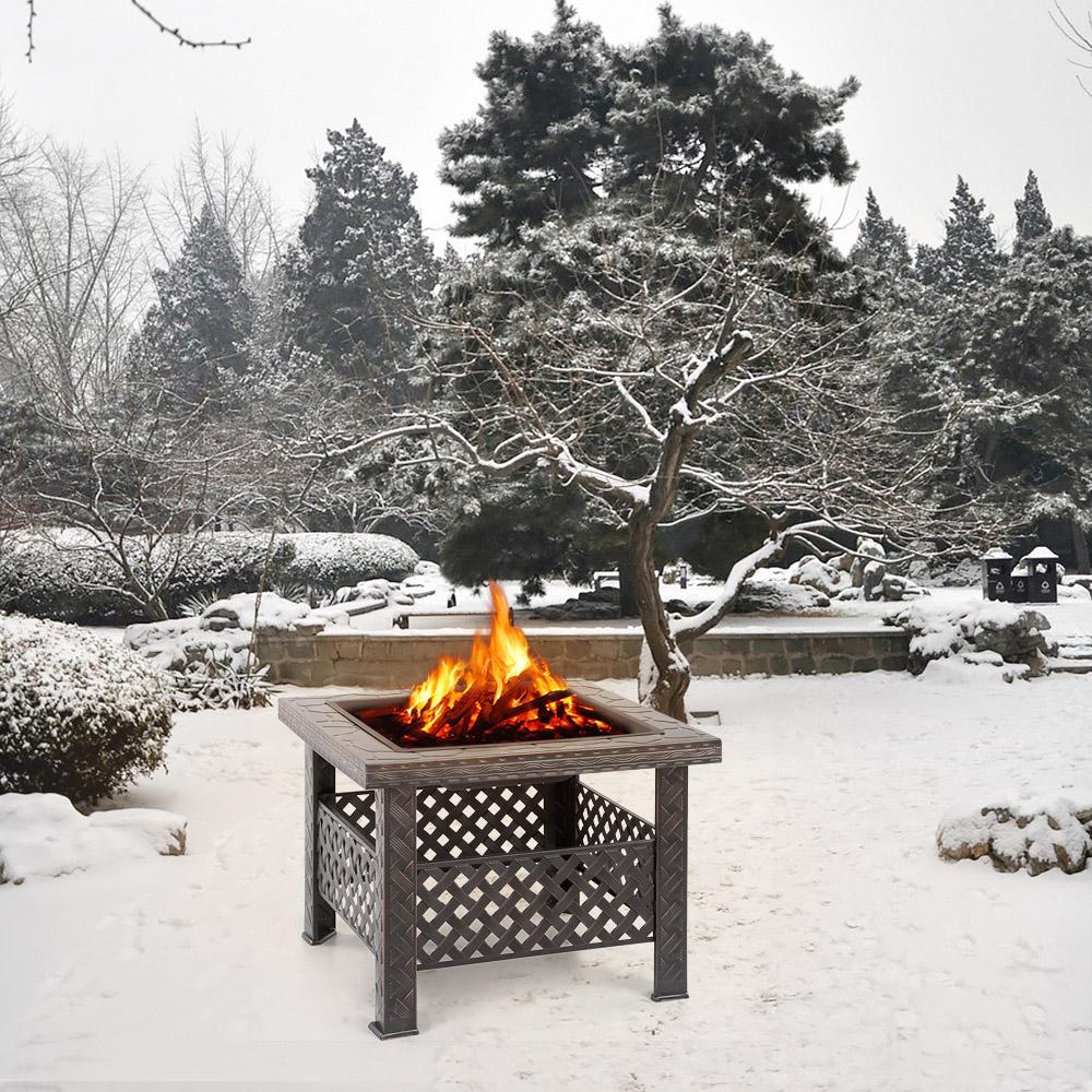 Ohnisko v zasneženej záhrade