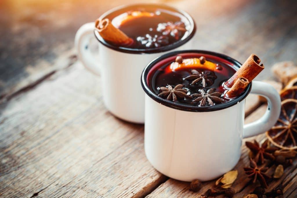 Horúca čokoláda s trubičkami v šálkach