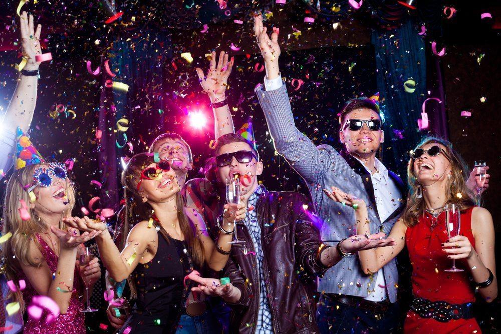 Mladí ľudia oslavujú Nový rok