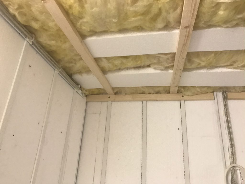 Izolácia stropu v garáži pomocou sklenej vaty a polystyrénu