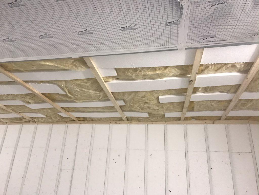 Izoloácia stropu pomocou sklenej vaty a polystyrénu