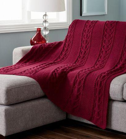 Tmavo-červená pletená deka