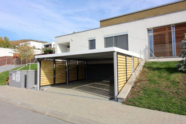 Dizajnový prístrešok pre dve autá s drevenými zástenami