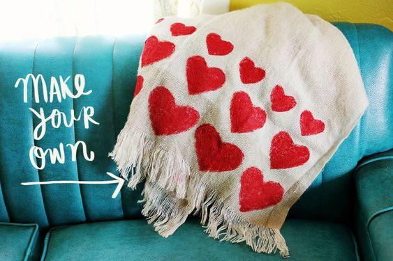 Pletená deka s červenými srdiečkami
