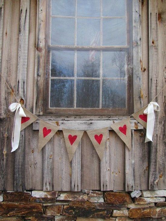 Girlandy so srdiečkami zavesené pred oknom