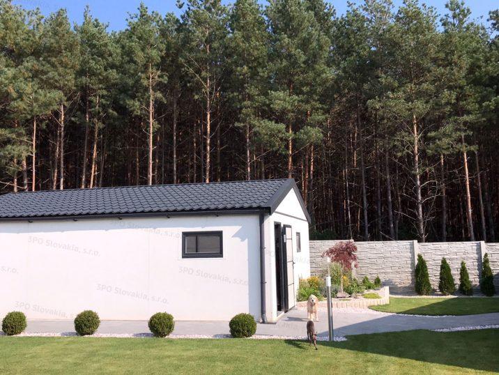 Montovaná garáž so sedlovou strechou v bielej omietke