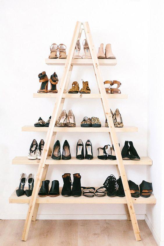 Trojuholníková polička na topánky