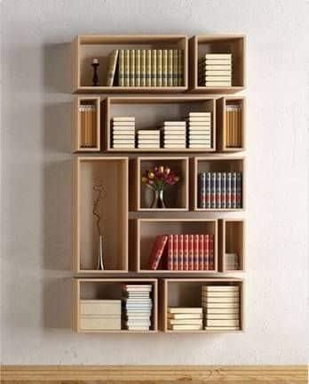 Drevená polička na knihy