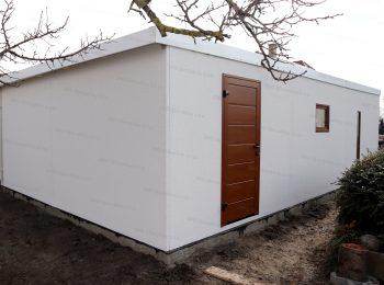 Montovaná garáž v bielej omietke s hnedými dverami Hormann LPU40 a hnedým oknom Slovaktual