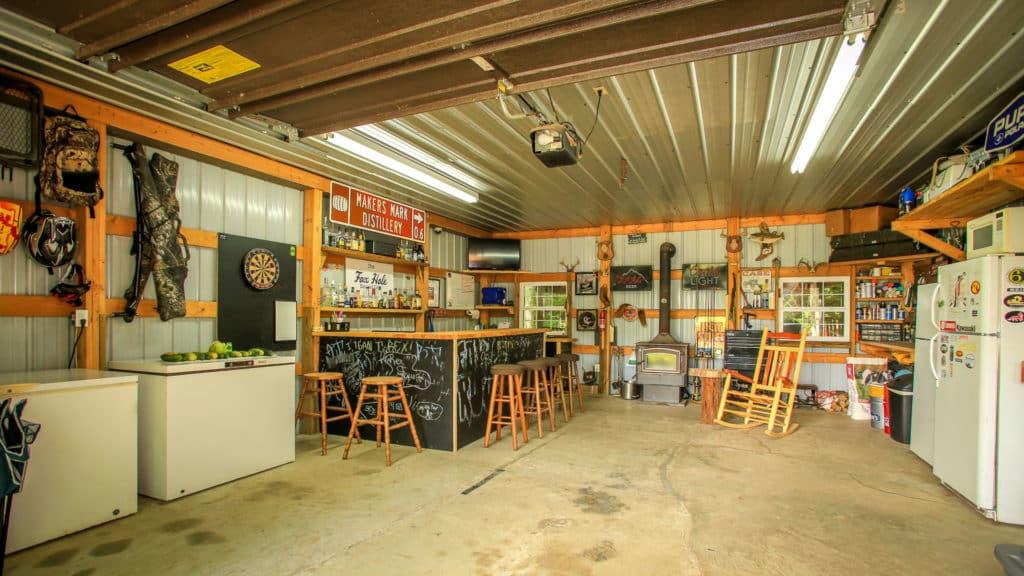 Bar v plechovej garáži