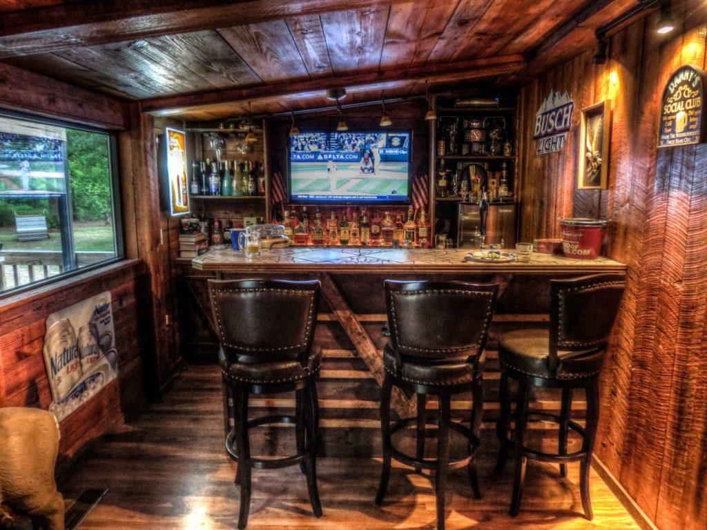 Drevený bar s koženými stoličkami