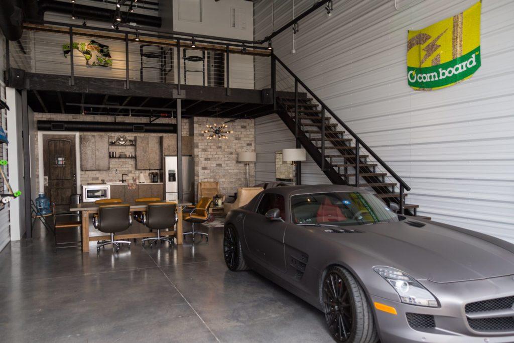 Sivé auto zaparkované v poschodovej garáži