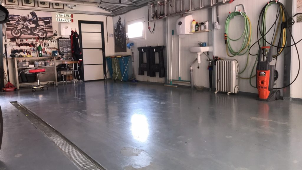 Zariadená garáž s podlahou