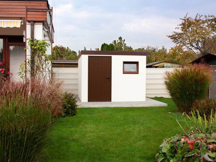 Záhradný domček GARDEON v bielej omietke s hnedými dverami
