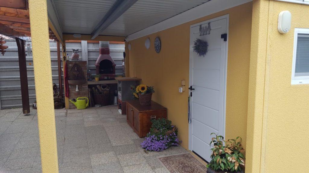 Montovaná záhradná stavba GARDEON v žltej omietke
