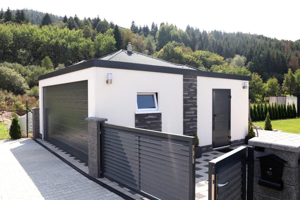 Biela garáž pri otvorenom plote