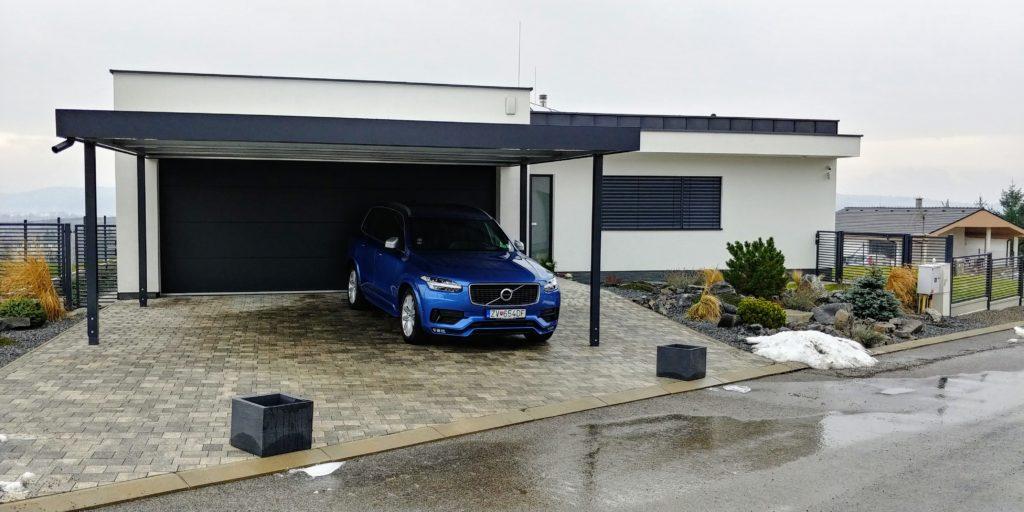 Modré auto pod prístreškom