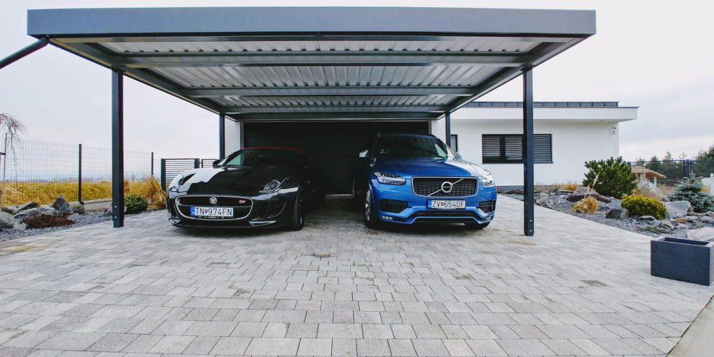 Modré a čierne auto pod prístreškom