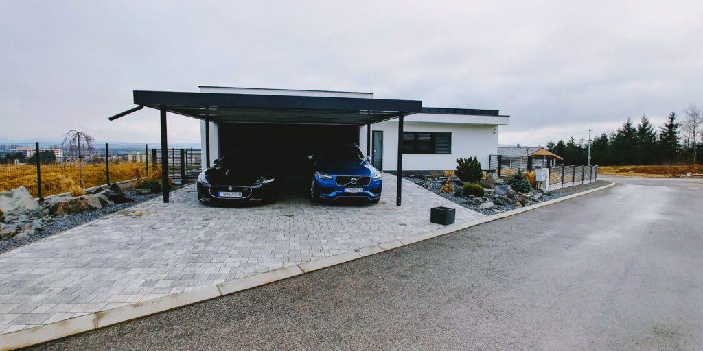 Modré a čierne auto pod prístreškom pre dve autá
