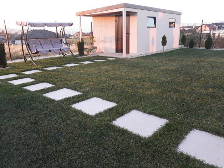 Záhradný domček s prístreškom na prednej strane