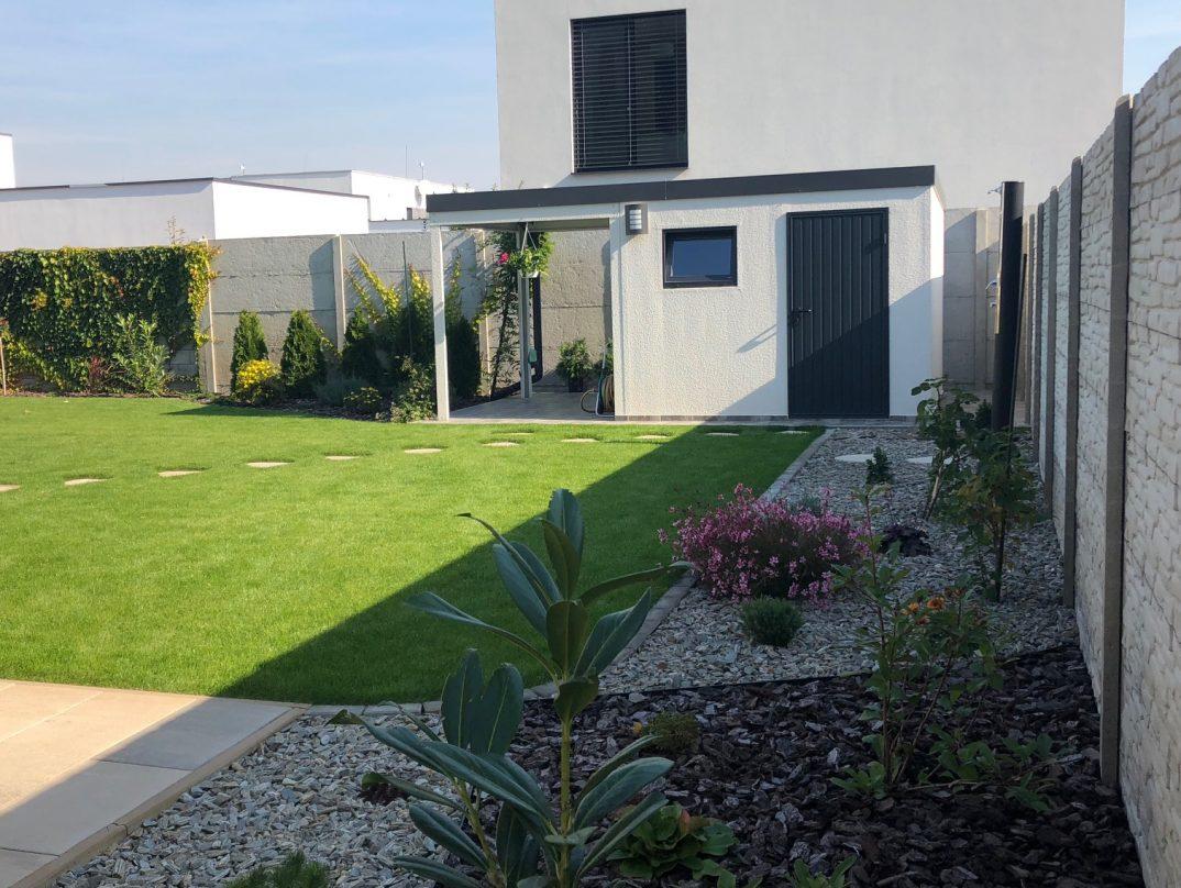 Záhradný domček GARDEON s prístreškom v bielej omietke