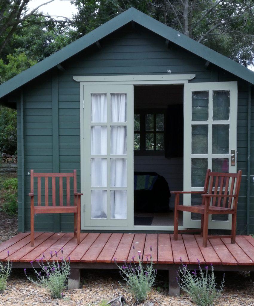 Drevený záhradný domček v zelenej farbe