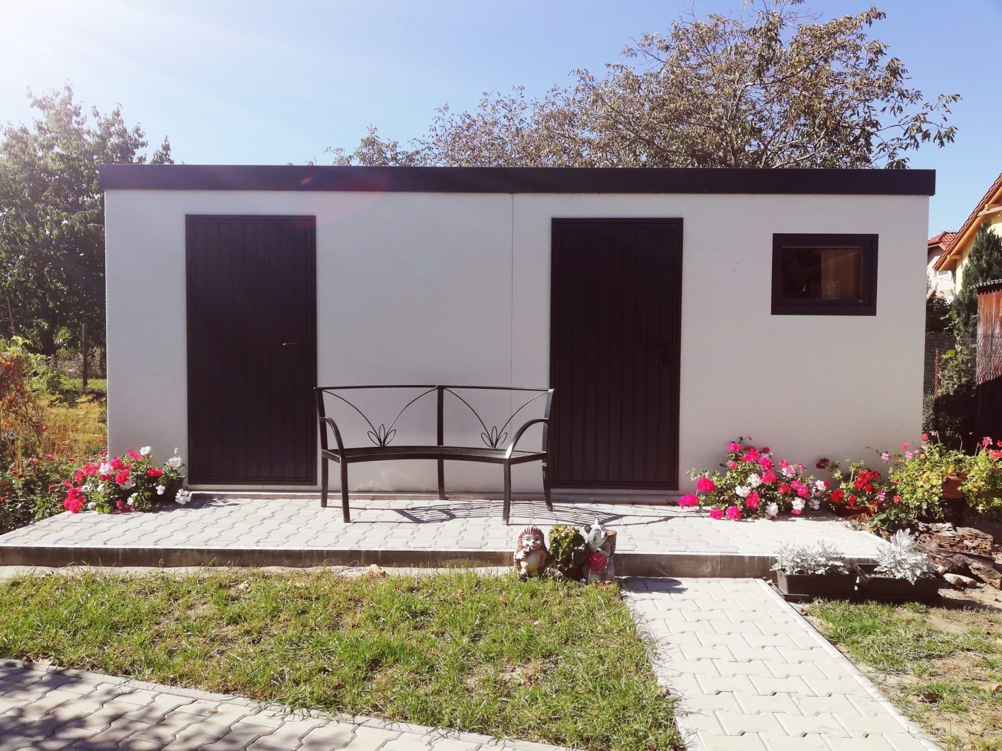 Dvojitý záhradný domček GARDEON v bielej omietke s hnedými dverami Hormann