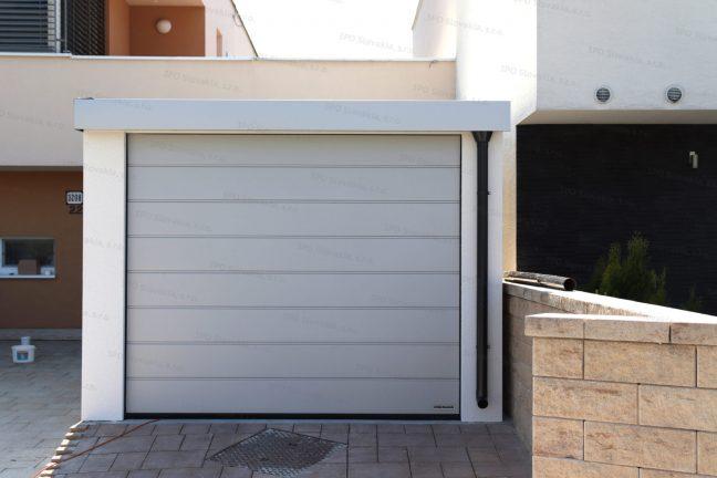 Garáž GARDEON pre jedno auto v bielej omietke s garážovou bránou