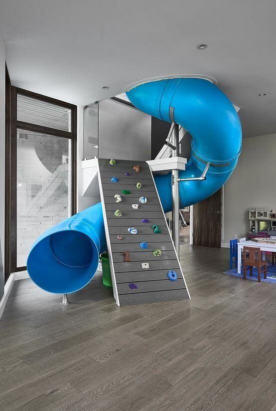 Modrý tobogán s lezeckou stenou
