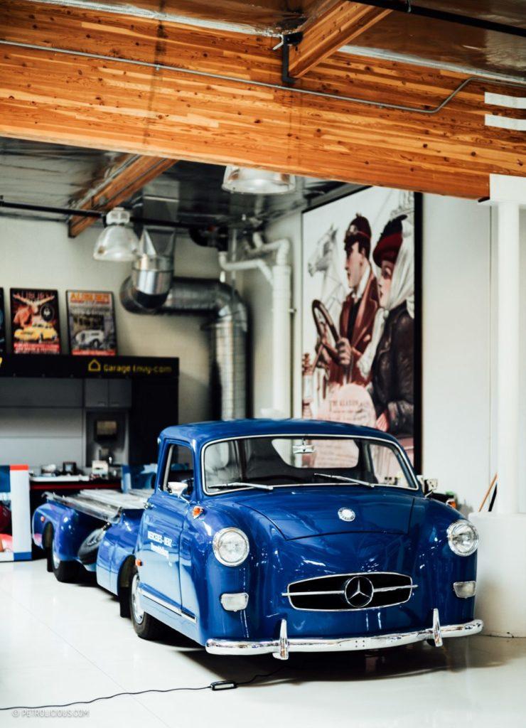 Modrý Mercedes v garáži