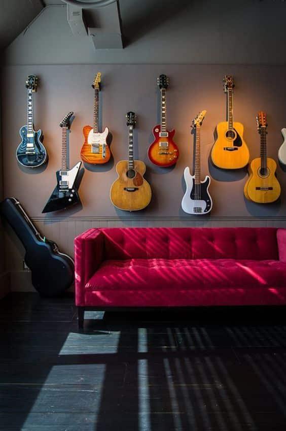 Gitary zavesené na stene