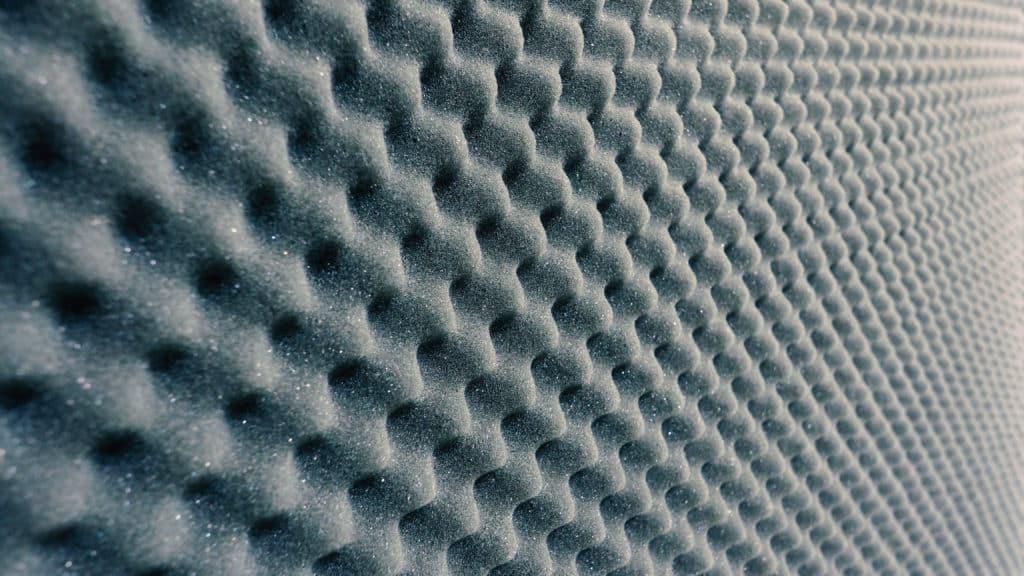 Zvuk pohlcujúca sivá stena