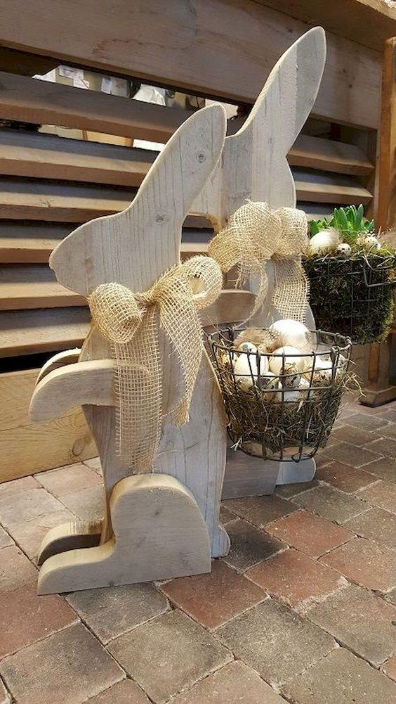 Drevené zajačiky s pletenými košíkmi