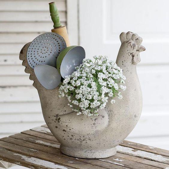 Váza v tvare sliepky s kuchyskými potrebami