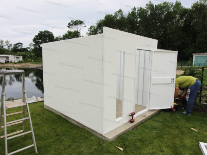 Montáž dverí a okna na záhradný domček GARDEON