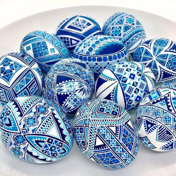 Modré maľované veľkonočné vajíčka