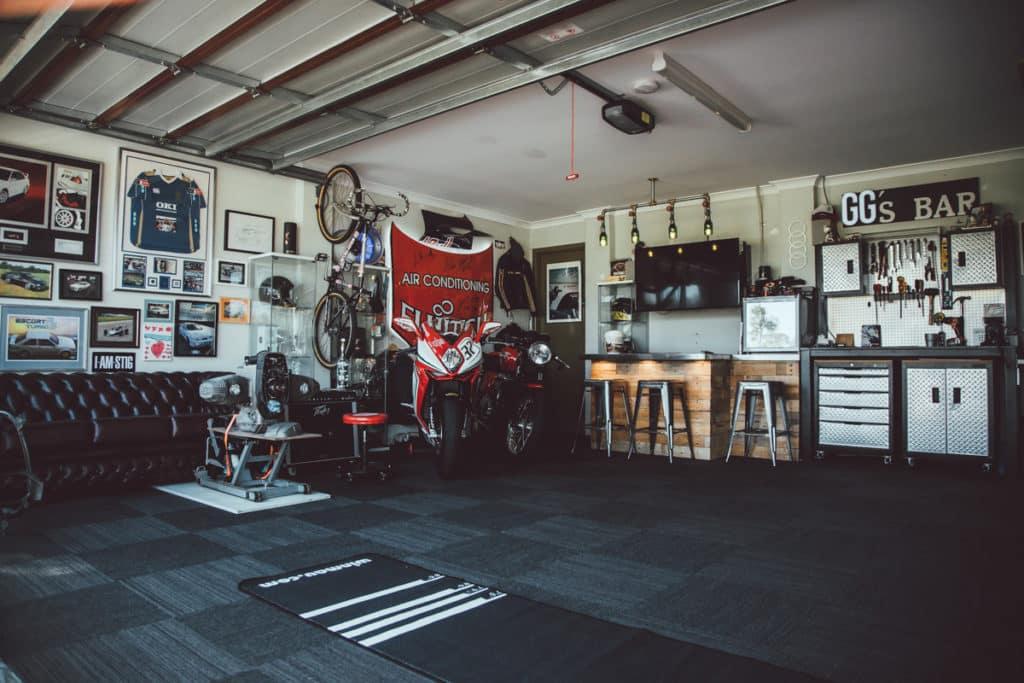 Malé barové posedenie v garáži