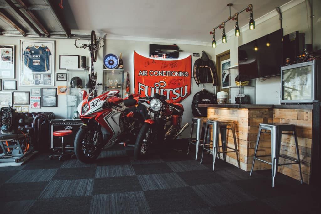 Motorky pri barovom posedení