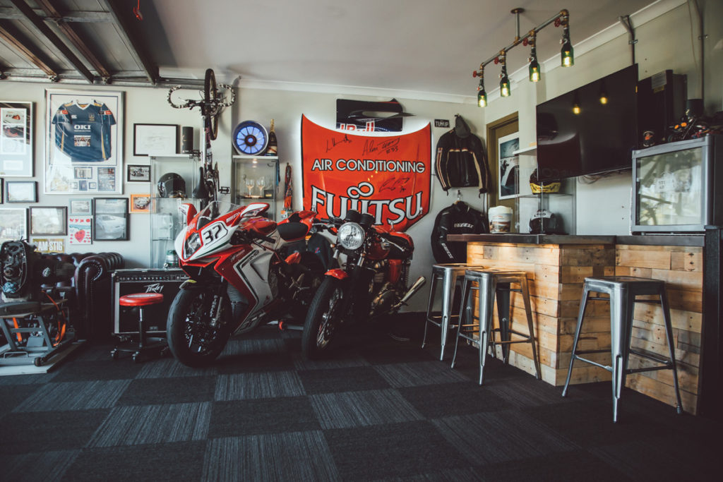 Motorky zaparkované pri bare