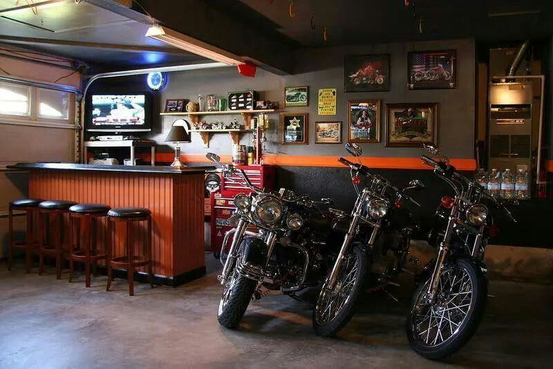 Tri motorky zaparkované pri bare