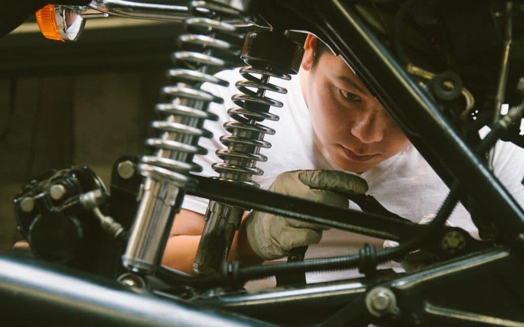 Opravár opravuje motorku