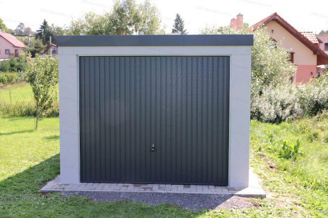 Garáž GARDEON v svetlo-sivej omietke s antracitovou garážovou bránou