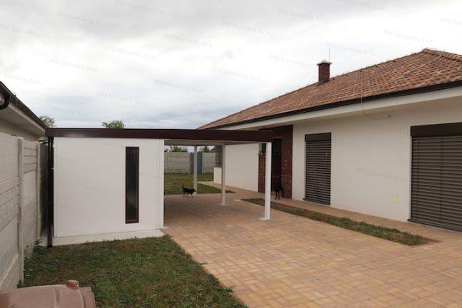 Montovaný záhradný domček GARDEON s prístreškom pre auto pri rodinnom dome