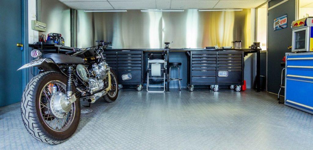 Motorka v garáži