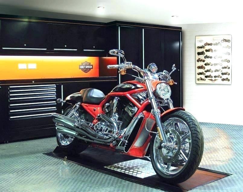 Vystavená červená motorka v garáži